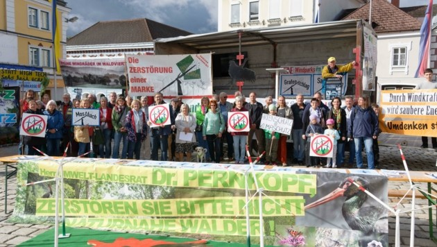"""Die Bürgerinitiative """"Unsere Heimat"""" demonstrierte in Zwettl gegen den Bau von Windrädern im Wald von Grafenschlag. (Bild: Gerhard Schiegl)"""