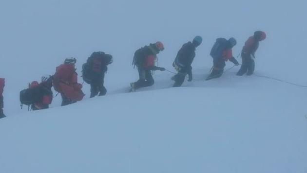 Von Bergrettern eskortiert wurden die Deutschen zur Bergstation gebracht. (Bild: Bergrettung Ehrwald)