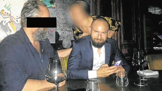 """""""Ritter Heinrich"""" mit dem engen Vertrauten und weltweit Gesuchten Jan Marsalek (re.) beim Meeting in Dubai (Bild: privat)"""
