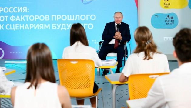 """Russlands Präsident Wladimir Putin konnte in der """"Geschichte-Stunde"""" mit Schülern nicht glänzen. (Bild: AP)"""