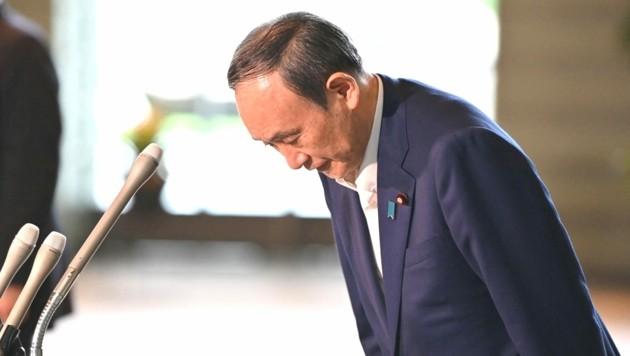 Nach der Ankündigung, bei der kommenden Wahl nicht antreten zu wollen, verneigt sich Japans Premierminister Yoshihide Suga. (Bild: AFP )