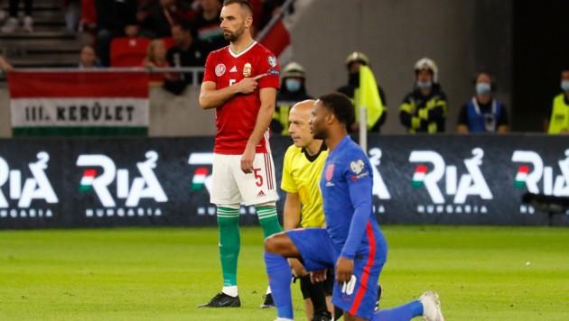Von rechts: Raheem Sterling, Schiedsrichter Cuneyt Cakır und Attila Fiola. (Bild: AP)