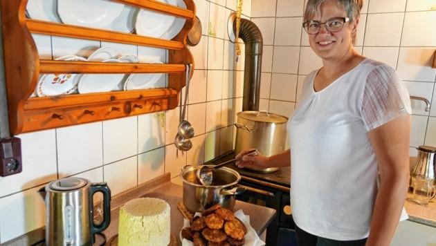 In der Mini-Küche entstehen herrliche Schmankerl. Hungrige Wanderer wollen mit Bodenständigem versorgt werden. (Bild: Sepp Pail)
