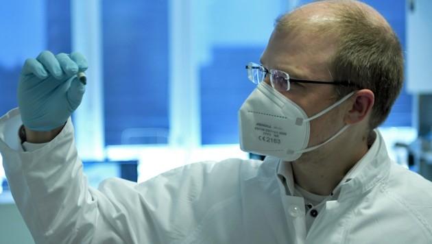 Mikrobiologe Bergthaler (Bild: APA/ROLAND SCHLAGER)