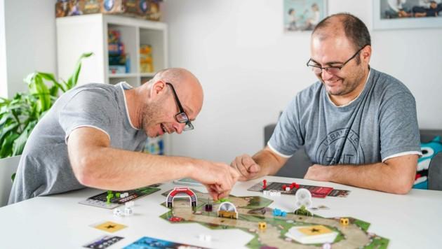 """Reinhard Kern und Manfred Lamplmair (r.) beim Testen des mit Carrera entwickelten Spiels """"Crazy Driver"""". (Bild: Markus Wenzel)"""