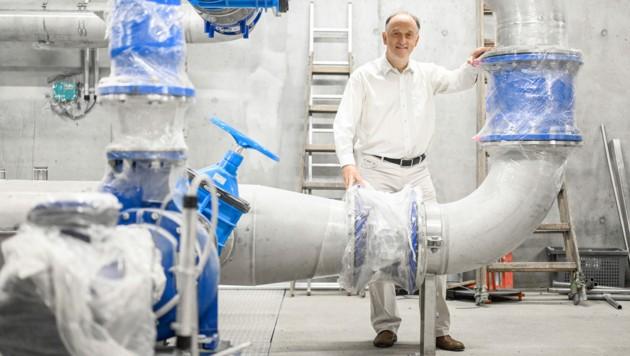 Reinhold Plöchl im Linz-AG-Wasser-Standort in Hitzing, in dem jetzt noch Bauarbeiter und Techniker am Zug sind. (Bild: Alexander Schwarzl)