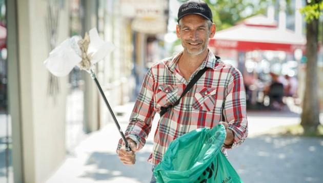 Lorenz Potocnik (Linz+) ist es nicht peinlich, wenn er in Linz Müll beseitigt. (Bild: Markus Wenzel)
