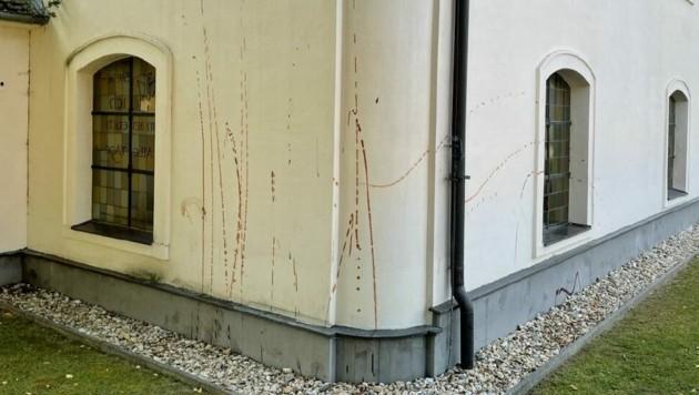 Unbekannte haben die Außenmauer mit Ketchup beschmiert. (Bild: Christian Schulter)