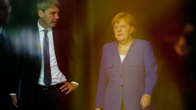 Der deutsche Botschafter in China, Jan Hecker, - hier im Bild mit Kanzlerin Angela Merkel - ist unter bisher ungeklärten Umständen im Alter von 54 Jahren verstorben. (Bild: AP)