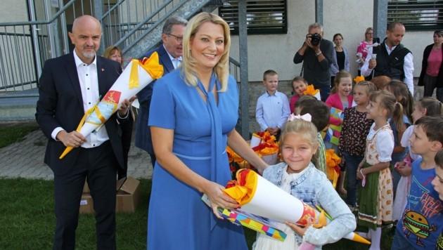Von Bildungsdirektor Heinz Josef Zitz und Landesrätin Daniela Winkler gab es eine Schultüte. (Bild: Bgld. Landesmedienservice)
