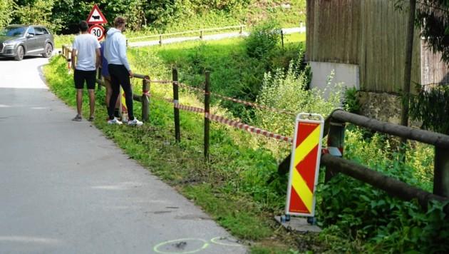 Der Schock sitzt tief: Freunde an der Unfallstelle am Tag nach dem schrecklichen Unglück (Bild: Pail Sepp)