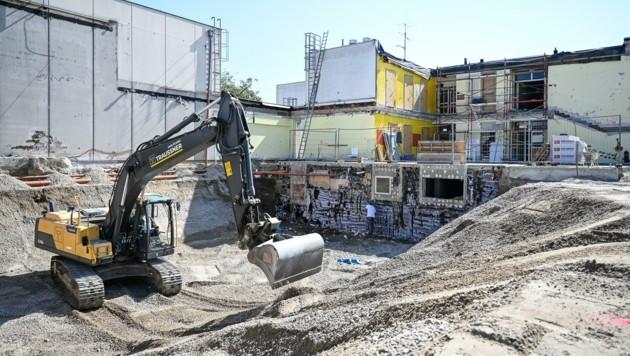 Seit Mitte August wird am Neubau der Volksschule Pichling gearbeitet. Parallel dazu müssen die Schäden nach einem Kabelbrand beseitigt werden. (Bild: Alexander Schwarzl)