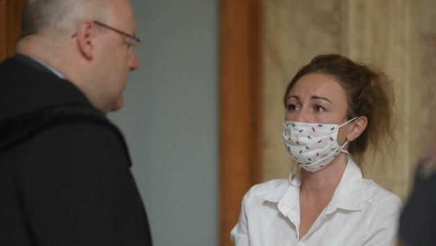Petronela T. mit ihrem Anwalt Kurt Jelinek (Bild: Bartel Gerhard)