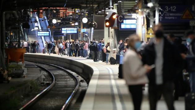 Hamburg: Reisende am Hauptbahnhof (Bild: APA/dpa/Bodo Marks)