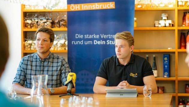 Studierende der Uni Innsbruck können künftig einen Zuschuss für Psychotherapie beantragen, wie Lukas Schobesberger (li.) und Daniel Müller am Montag bei einer Pressekonferenz erklärten. (Bild: Tabea Tandler)