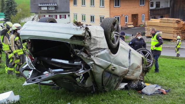 Durch die Wucht des Unfalls in Krumbach wurde das Opfer aus dem Fahrzeug geschleudert. (Bild: MAURICE SHOUROT / APA / picturedesk.com)