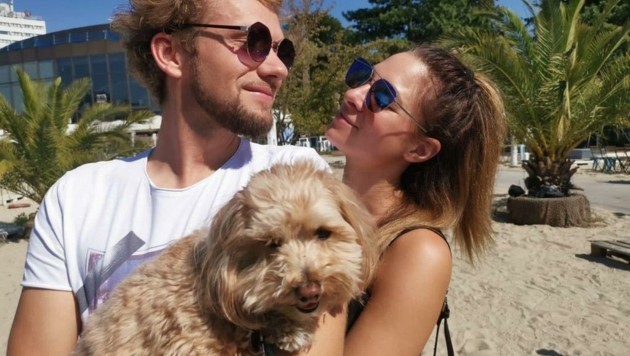 """Zeit für Dreisamkeit: Thommy und Amélie genießen zwischen den Auftritten ein paar Sonnenstrahlen mit ihrem """"Mr. Koni Hundini"""". (Bild: The Clairvoyants)"""