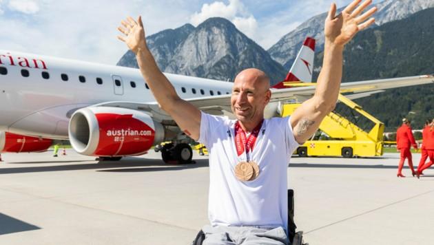 Alexander Gritsch nach seiner Landung in Innsbruck. (Bild: Land Tirol/Die Fotografen)