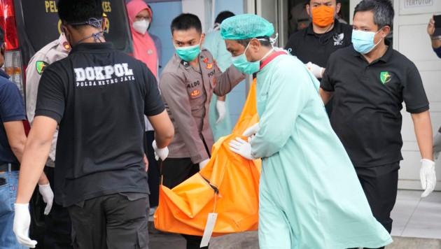 Die Leichen wurden zur Identifikation ins nationale Polizeispital gebracht. (Bild: AP)