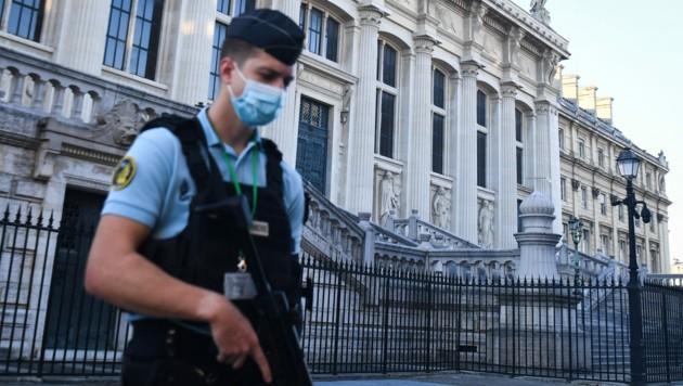 Vor dem Gerichtsgebäude in Paris gelten höchste Sicherheitsvorkehrungen. Zwölf der 20 Angeklagten droht lebenslange Haft. (Bild: AFP )