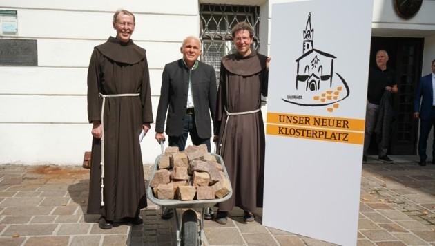 Pater Raimund Kreidl (links), Rudi Rumpl und Pater Martin Bichler brachten die Sanierung ins Rollen. (Bild: Stadt Lienz/Lenzer)