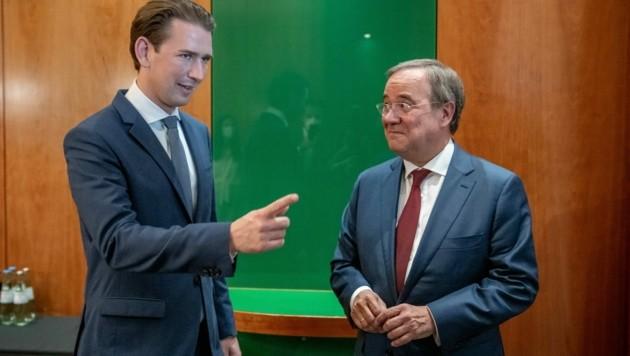 Bundeskanzler Sebastian Kurz (ÖVP) beim derzeit in den Umfragen zurückliegenden CDU-Kanzlerkandidaten Armin Laschet. (Bild: APA/dpa/Michael Kappeler)