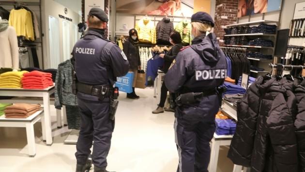 Polizisten werden die Maskenpflicht im Handel nun doch nicht kontrollieren. (Bild: Rojsek-Wiedergut Uta)