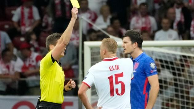 Daniel Siebert zeigt Harry Maguire, und Kamil Glik die Gelbe Karte. (Bild: AP)