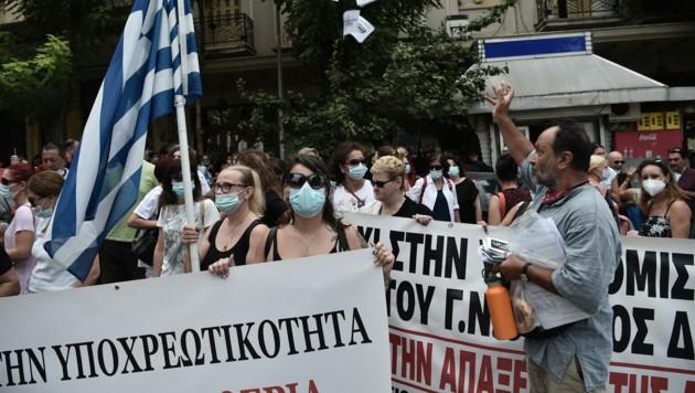 Mitarbeiter aus dem griechischen Gesundheitssektor bei einer Demonstration gegen die Impfpflicht in Griechenland. (Bild: AFP)