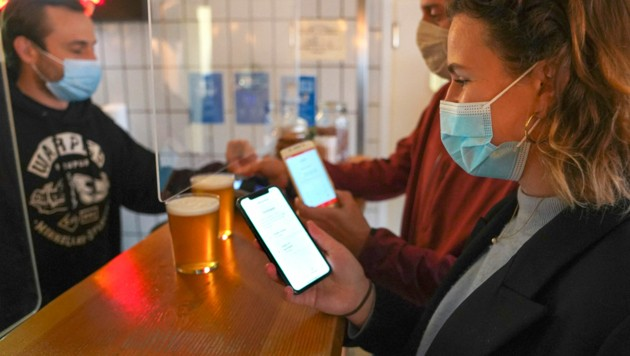 Noch im Mai musste man in Dänemark den Corona-Pass vorweisen, wenn man etwa in eine Bar wollte. (Bild: AFP)
