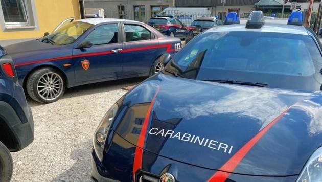 Das ersteigerte Filmauto wurde am Parkplatz der Polizei in Tarvis abgestellt. (Bild: Zvg)