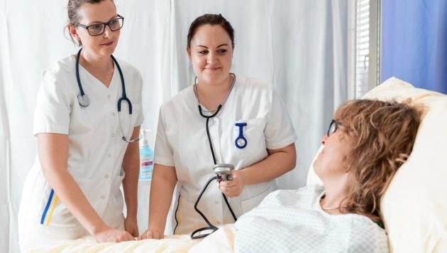 Der Fachkräftemangel im Pflegebereich steigt, für benötigte Ausbildungen gibt es Stipendien. (Bild: Emil Jovanov, Emil Jovanov)