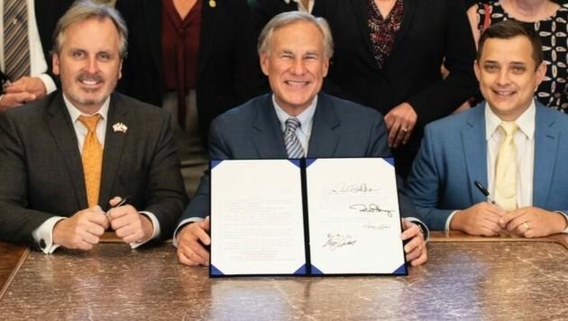 Texas' Gouverneur Greg Abbott (Mitte) bei der Unterzeichnung des sogenannten House 20 Bill (Bild: gov.texas.gov)