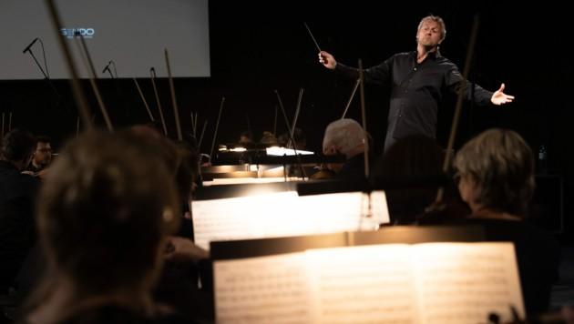 Markus Poschner und das Bruckner Orchester in der Kepler Hall an der JKU. (Bild: Tom Mesic)