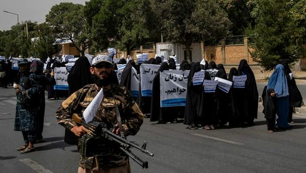 Unter den demonstrierenden Frauen befanden sich auch zahlreiche Studentinnen. (Bild: AP)