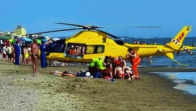 Der Rettungshelikopter landete am Strand, alarmierte Retter leisteten sofort beherzt Erste Hilfe. (Bild: gazzettino.it)