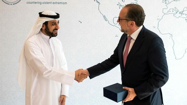 Im Rahmen seiner Nahost-Reise traf Außenminister Alexander Schallenber auch den Direktor des auf Extremismusprävention spezialisierten Hedayah Zentrums, Ahmed al-Qasimi (links). (Bild: APA/BMEIA/MICHAEL GRUBER)
