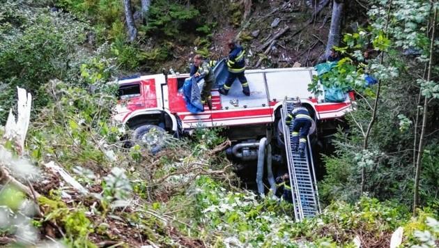 Das Feuerwehrauto stürzte gut 60 Meter den Abhang hinunter. (Bild: Dominik Angerer)
