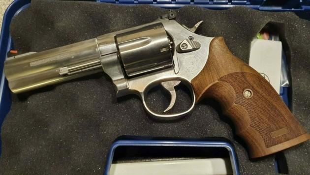 Der Revolver wurde sichergestellt. (Bild: LPD Wien)
