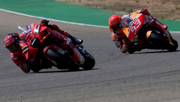Francesco Bagnaia (li.) und Marc Marquez (Bild: APA/AFP/LLUIS GENE)