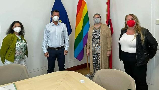 Claudia Sengeis (2. v. rechts) und ihre Mitstreiterinnen Jasmina Urosevic und Christine Utrata bei Gesundheitsminister Wolfgang Mückstein (Bild: zVg)
