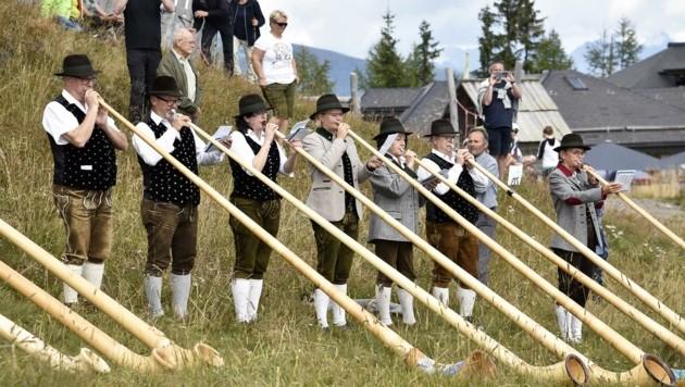 Jung und Alt spielten zusammen auf ihren Alphörnern (Bild: Holitzky Roland)