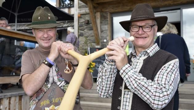 Peter Aschbacher und Alfred Peitler mit dem Doppel-Alphorn. (Bild: Holitzky Roland)