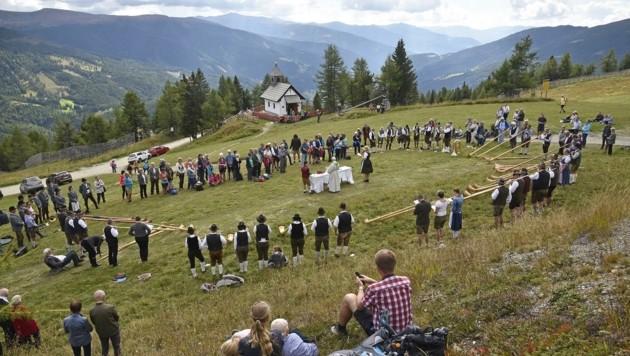 Unweit der Marienkappelle zelebrierten die Teilnehmer die Festmesse. (Bild: Holitzky Roland)
