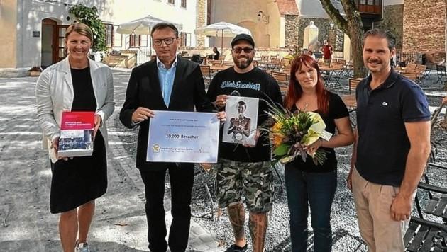 Markus Bartolich und Maria Maletic aus Pama wurden als die 10.000 Besucher der Jubiläumsausstellung geehrt. (Bild: Christian Schulter)