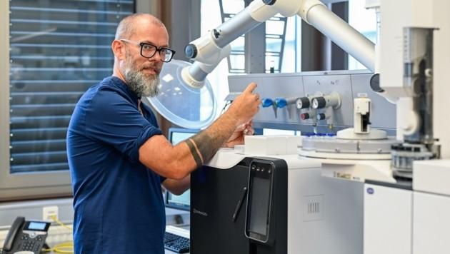 Wolfgang Schöfberger leitet das Labor, in dem das Verfahren entwickelt wurde. (Bild: Alexander Schwarzl)