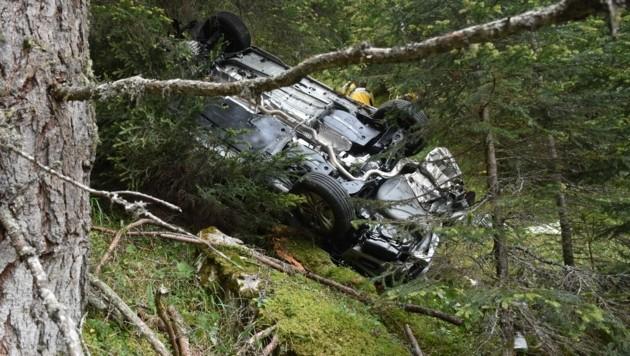 Der Geländewagen stürzte gut 70 Meter durch steiles Waldgebiet ab. (Bild: KAPO Graubünden)