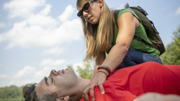 Besonders wichtig ist das Eingreifen bei einem Herz-Kreislauf-Stillstand (Symbolbild). (Bild: Österreichisches Rotes Kreuz)