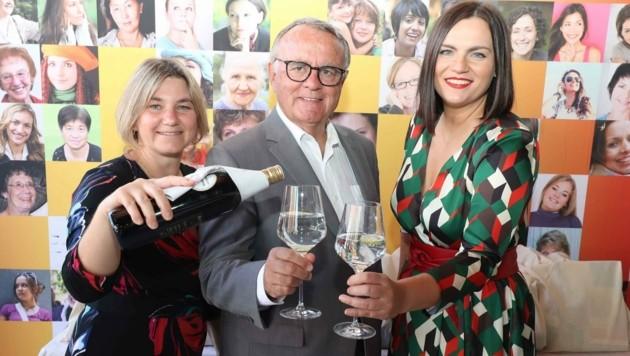 Landeshauptmann a. D. Hans Niessl feierte gemeinsam mit LH-Stellvertreterin Astrid Eisenkopf (re.) und Referatsleiterin Karina Ringhofer. (Bild: Judt Reinhard)