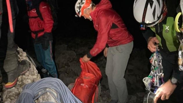 In der Nacht stiegen die Bergretter zu den feststeckenden Kletterern auf. (Bild: Bergrettung St. Johann)